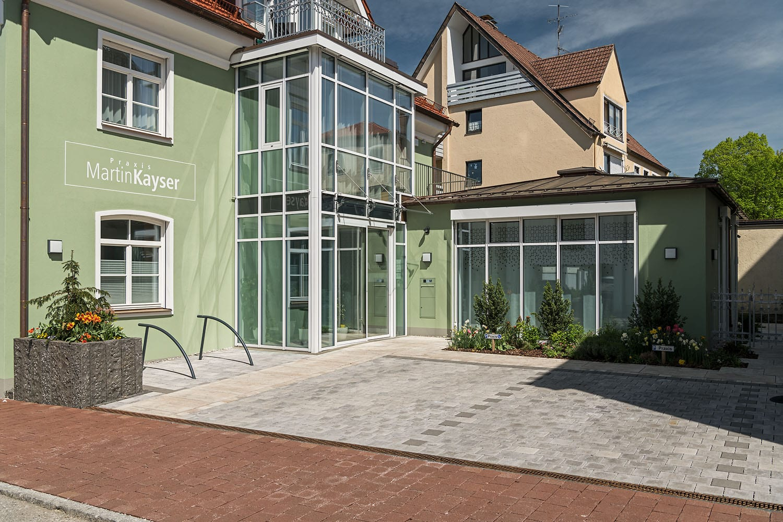 Praxisgebäude Kayser in Schongau, neue Fassade, Windfang, automatische Schiebetüren von glas seele
