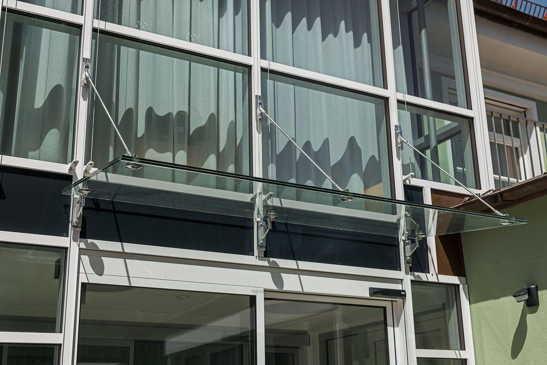 Praxisgebäude Kayser in Schongau, Vordach-Konstruktion aus Glas