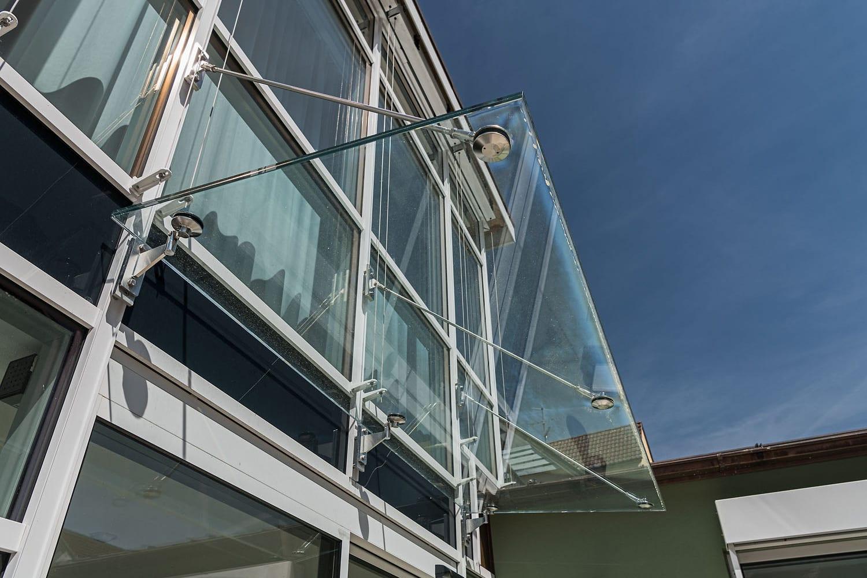 Praxis Kayser, Vordach aus Glas im Eingangbereich der Praxis