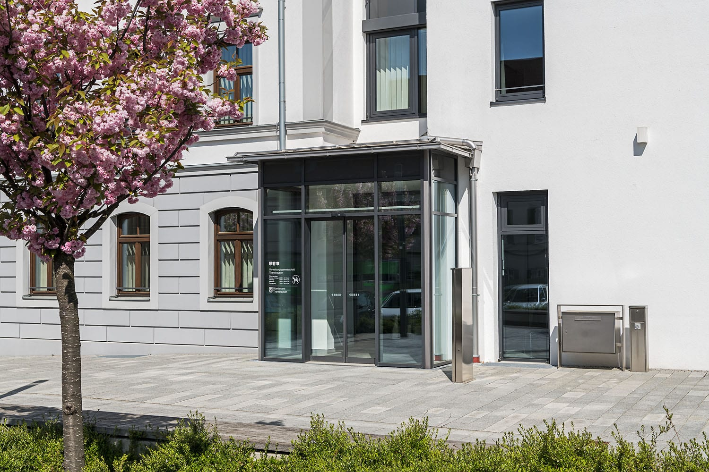 Rathaus in Thannhausen, Eingangsbereich mit neuen Fensterelementen und Windfang