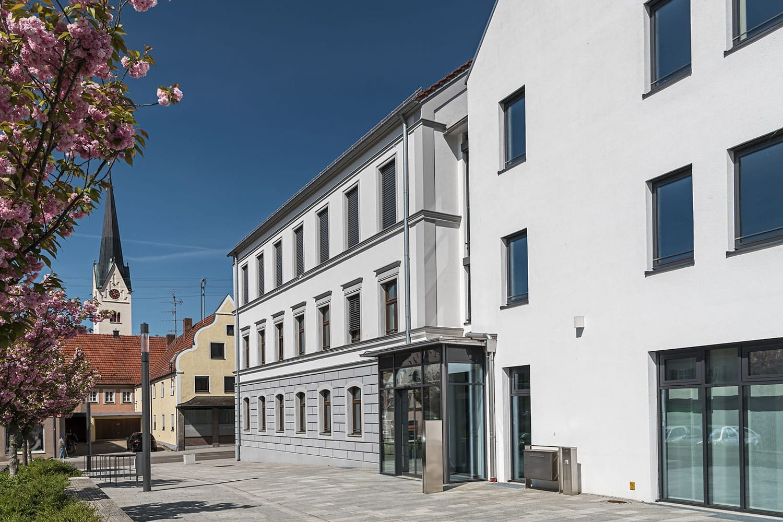 Rathaus-Gebäude in Thannhausen mit neuen Fenster, Windfang und Brandschutzelementen