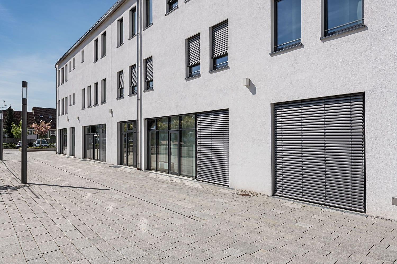 Rathaus Thannhausen, neuverglastes Gebäude mit Lamellen