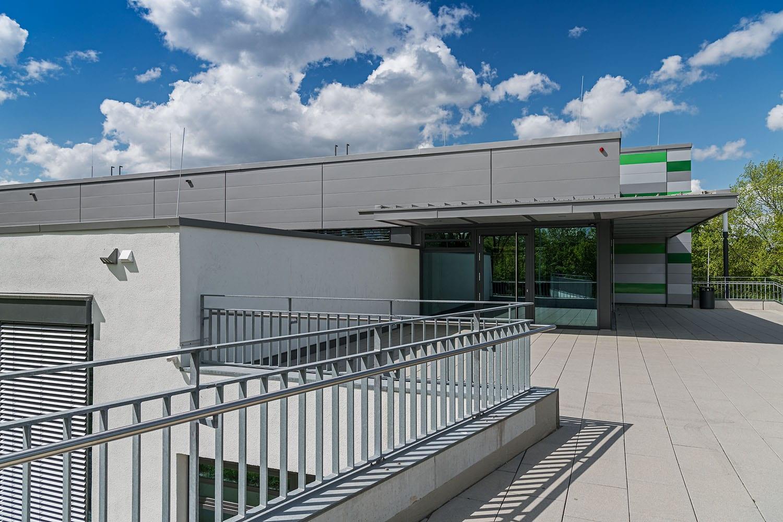 Sporthalle Aldingen mit modernem Sonnenschutz im Eingangsbereich