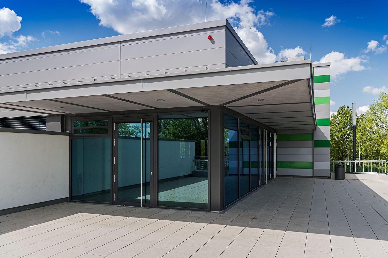 Sporthalle Aldingen, Eingangsbereich mit Sonnenschutz und Brandschutzelementen