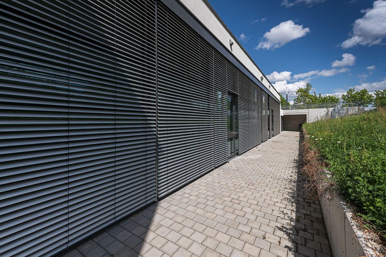 Sporthalle Aldingen mit neuen Sonnenschutz-Lamellen