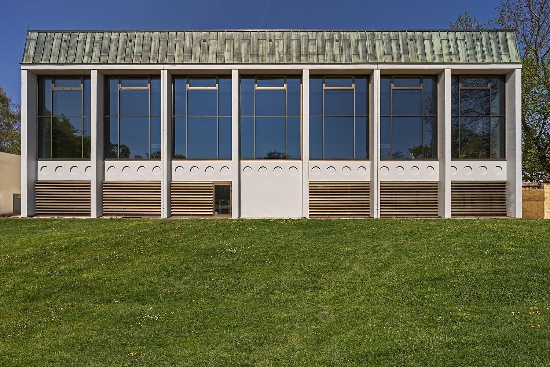 Plärrerbad Augsburg mit neuer P-R-Fassade mit Sonnenschutzglas, feststehenden ABL-Lamellen