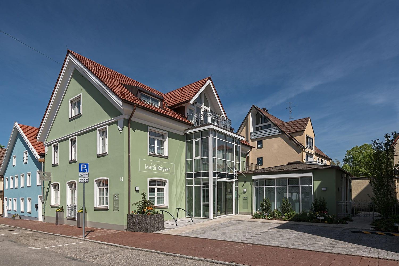 Praxisgebäude Kayser in Schongau, barrierefreier Eingangsbereich, neue Fassade, Windfang und automatische Schiebetüren von glas seele