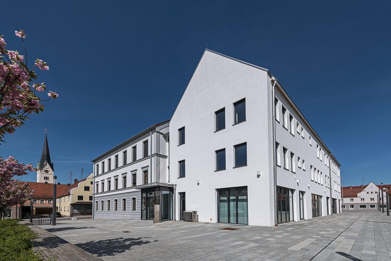 Rathaus in Thannhausen, neugestaltetes Gebäude, Außenansicht