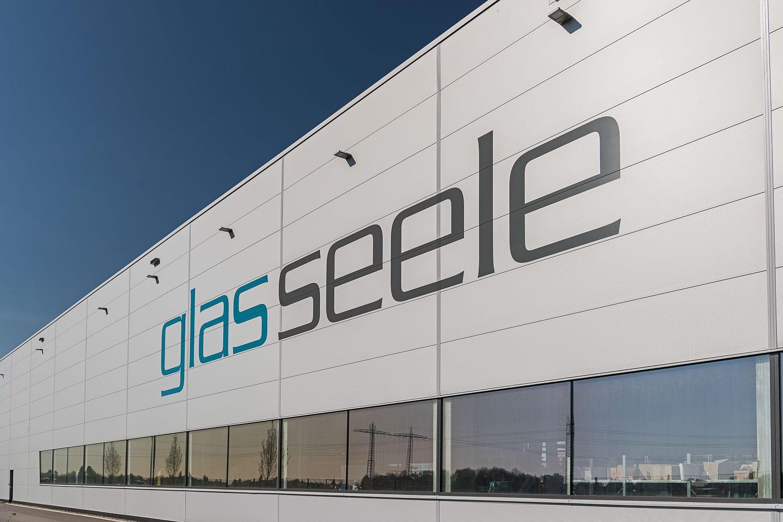 glas seele, Fassade des Fertigungsbereichs mit glasseele Aufschrift