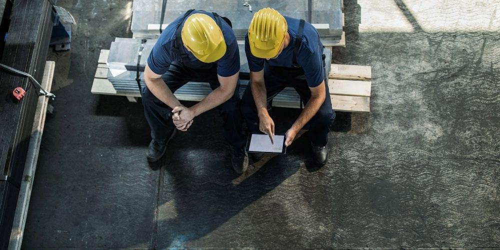 glas seele, zwei Arbeiter mit einem Tablet
