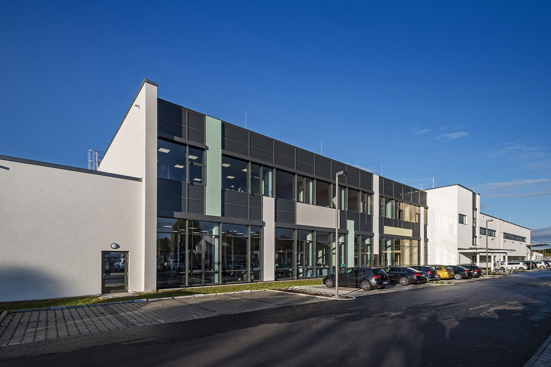 Julius Zorn GmbH Firmengebäude, modernisierte Fassade mit Sonnenschutz von glas seele