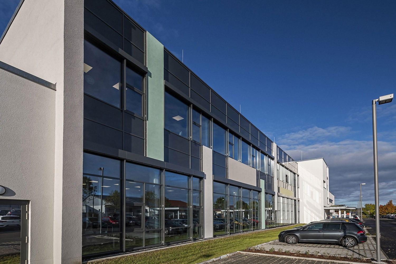 Julius Zorn GmbH Firmengebäude, Fensterbänder mit Sonnenschutz von glas seele